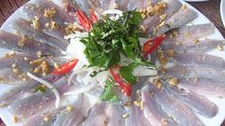 """Bình Định: Thứ gỏi cá được ví như """"sushi"""" phiên bản Việt, tươi rói, giòn tan, nồng nàn vị biển"""