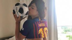 Fan nữ cuồng Messi nổi đóa, chỉ trích chủ tịch Barca