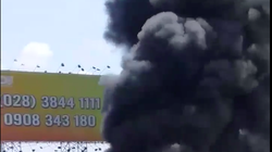 TP.HCM: Lửa kèm khói đen bốc cao hàng chục mét ở bãi giữ xe phế liệu