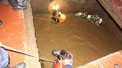 Ngã xuống suối lúc trời mưa to, người đàn ông nghi say rượu bị nước cuốn mất tích