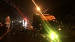 Hai xe tải đối đầu trong đêm, ba người thương vong