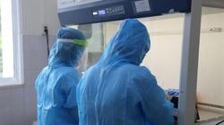 """Trong phòng xét nghiệm COVID-19: """"Có ca dương tính, chúng tôi chẳng màng ăn uống"""""""