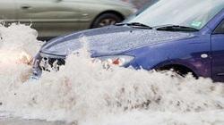 """Xe hơi """"bơi"""" qua chỗ ngập nước: Mẹo phanh, ga cần biết"""