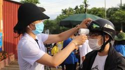 Sĩ tử phố núi Sơn La kiểm tra y tế nghiêm ngặt trước khi thi môn Ngữ Văn