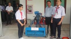 """Bình Định: 2 học sinh lớp 8 """"độ chế"""" máy nông nghiệp 3 trong 1 rất tiện lợi"""
