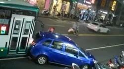 Tài xế lái mới loay hoay quay xe trên phố và cái kết