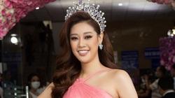 Hoa hậu Khánh Vân khoe khéo vai trần gợi cảm trong đầm hồng cổ yếm lạ mắt