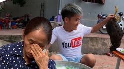 Dân mạng đề nghị Youtube xử lý mạnh tay con trai bà Tân Vlog sau clip nấu cháo gà nguyên lông