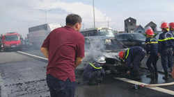 Ô tô Camry bốc cháy dữ dội trên cao tốc Pháp Vân - Cầu Giẽ
