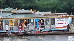 Huế: Công an triệu tập 2 người đàn ông rải vàng mã xuống sông Hương