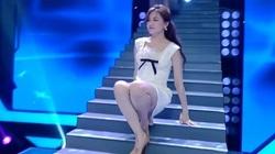 Hari Won vấp ngã, suýt lộ hàng trên sân khấu, Trấn Thành có phản ứng không thể tin nổi