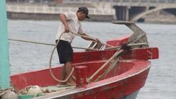 Quảng Bình: Ngư dân vội vã đưa tàu thuyền vào bờ