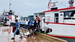 Quảng Ngãi: Du khách hối hả rời đảo Lý Sơn trước giờ bão đến