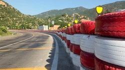 Dùng lốp xe làm hộ lan trên đường cong quốc lộ
