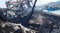 """Chùm ảnh: """"Bà hỏa"""" thiêu rụi con tàu cá tiền tỷ ở Khánh Hòa"""