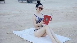 """Hoa hậu U50 lại táo bạo mặc bikini họa tiết da báo, đẹp như """"chị em"""" với con gái tuổi 25"""