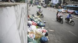 """Rác thải tràn lan trên """"tuyến đường ngoại giao"""" nối với sân bay Nội Bài"""