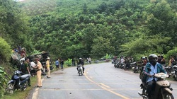 Hàng chục cảnh sát và người dân phá ca-bin, cứu 2 người mắc kẹt trong xe tải lật