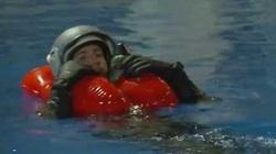 Khi nhảy dù xuống biển, phi công làm sao để sống sót?