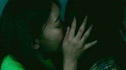 """""""Nữ hoàng fancam"""" gây sốc bằng nụ hôn đồng giới, phì phèo hút thuốc"""