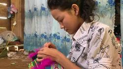 Sơn nữ dân tộc Mông tỉnh Bắc Kạn xinh như hoa, trổ tài nữ công với nghề làm khăn váy