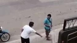 CLIP: Tên trộm trả lại ví, chắp tay vái lạy camera khi biết bị phát hiện