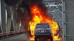 Clip: Ô tô Range Rover bốc cháy dữ dội trên cầu Chương Dương