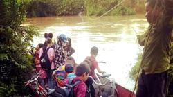 """Học sinh xứ Lạng gian nan vượt sông """"tìm con chữ"""" mùa lũ về"""