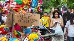 """Giới trẻ chen chúc, người dân phố Hàng Mã treo biển """"không chụp ảnh"""" và """"thu phí 50k"""""""