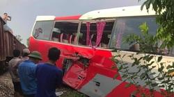 Tàu hỏa húc vào xe đưa đón học sinh, ít nhất 3 em bị thương