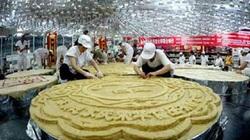Chiếc bánh Trung thu siêu to khổng lồ được làm từ 4.000 lòng đỏ trứng, 300kg đường, 500kg bột mì