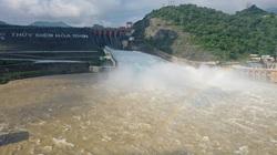 Clip: Đến xem đập thủy điện Hòa Bình xả lũ, người dân thích thú thấy cầu vồng