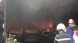 TP.HCM: Cháy lớn ở kho chứa phụ tùng xe ô tô, khói đen bốc cao hàng chục mét