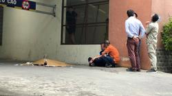 Vụ nam thanh niên rơi từ tầng cao chung cư tử vong: Cha thất thần ngồi gục bên thi thể con