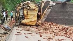 Xe chở gạch lật ngang đường, tài xế tử vong trong ca bin