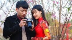 Người Hà Nội nô nức chụp ảnh check-in hoa đào từ Tết Dương lịch