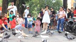 ẢNH: TP.HCM mát mẻ hiếm thấy ngày đầu năm, người dân đổ ra đường đi chơi