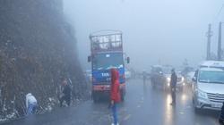 Tuyết bao phủ đường trơn trượt, nguy cơ xảy ra tai nạn giao thông