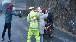 Clip: Hàng loạt ô tô, xe máy bị ngã lăn, trượt bánh trên đường lên Sa Pa, Ô Quý Hồ