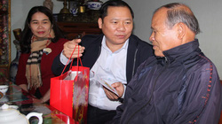 Bí thư, Chủ tịch tỉnh Bình Định tặng quà, chúc Tết người dân khó khăn