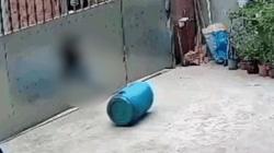 Clip nóng: Thót tim cảnh bé gái nhanh trí cứu em trai thoát chết trong tư thế treo cổ