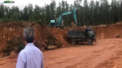 """Clip: Cận cảnh hiện trường khai thác đất """"lậu"""" thi công công trình hơn 12 tỷ đồng ở Bình Định"""