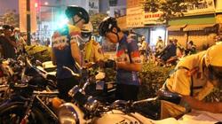 """Người đi xe đạp thể thao chạy dàn hàng từng đoàn, vượt đèn đỏ, """"tá hỏa"""" vì bị CSGT phạt"""