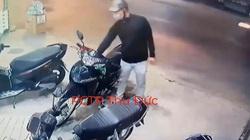 VIDEO: Người đi đường khống chế tên trộm bẻ khóa xe máy