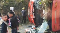 Xe khách lật nghiêng trên quốc lộ, 5 người bị thương