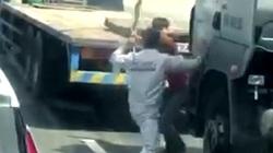 Hai tài xế cầm đao, côn nhị khúc loạn đả sau va chạm giao thông