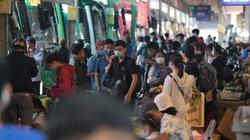 ẢNH: Sinh viên lỉnh kỉnh đồ đạc, hành lý ra bến xe Miền Đông về quê ăn Tết sớm vì Covid-19