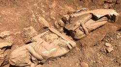 Phát hiện hai bức tượng mất đầu bằng cẩm thạch trắng hơn 2.300 năm trong mộ cổ