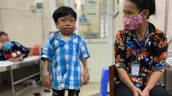 Mang nhiều căn bệnh hiểm nghèo, nam sinh 14 tuổi chỉ nặng bằng trẻ lên 3