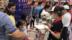 Hàng Tết đầy siêu thị, người dân mua sắm sớm